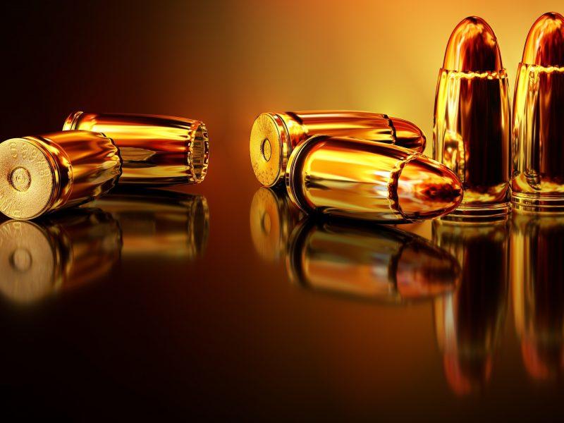 Золотые пули отражаются в поверхности