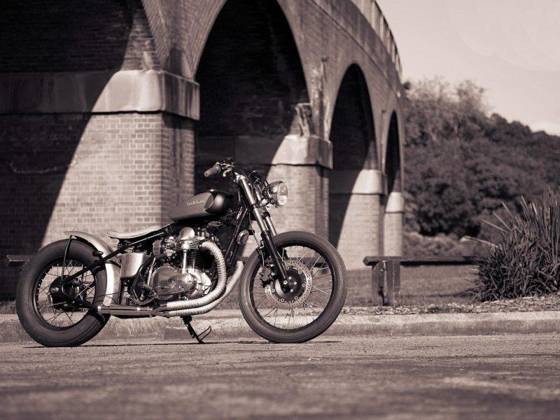 Обои боббер, мост, bobbersake v1, стиль, мотоцикл, deusesmachina, Kawasaki w650