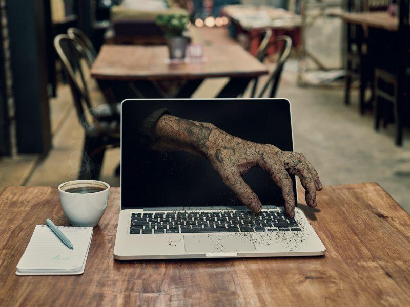 Обои ноутбук, монитор, рука, зомби для рабочего стола