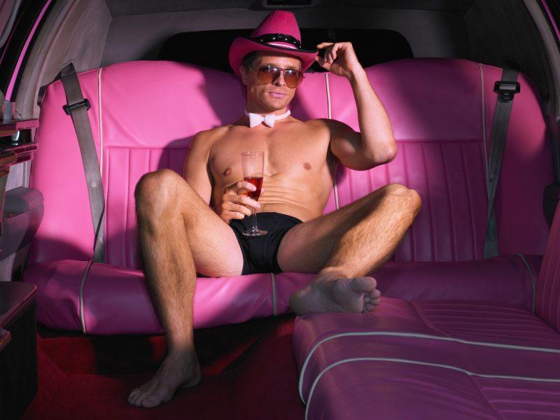 розовые сиденья, расслабляется., Стриптизёр, лимузин, очки