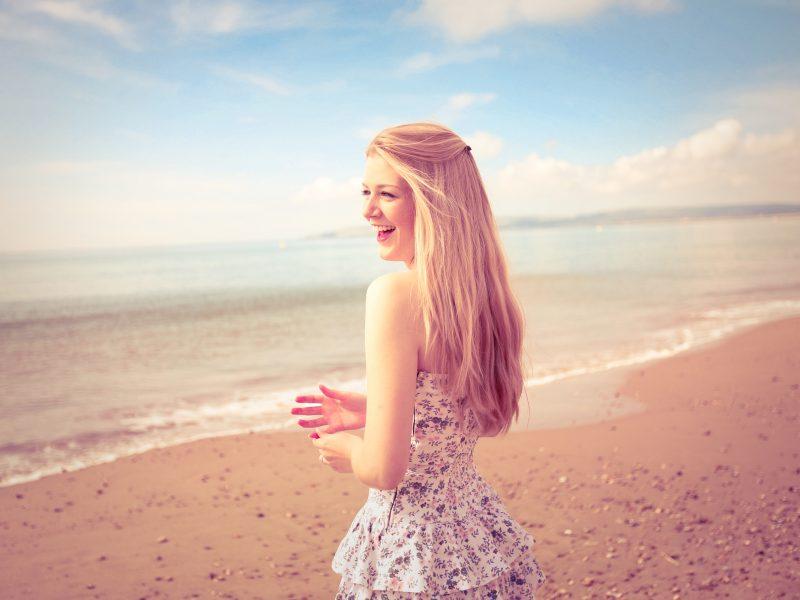 берег, лето, песок, Настроение, улыбка, пляж, пейзаж, волосы, girl, смех, руки, девушка