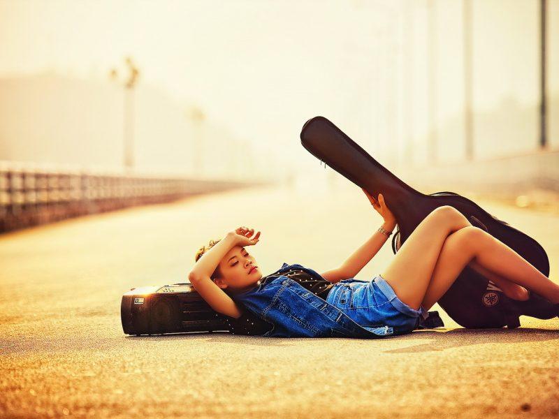 Девушка, гитара, улица