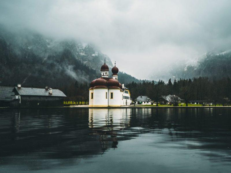 Церковь в городе у озера