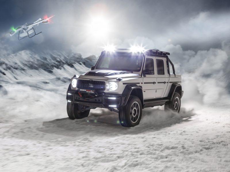 Быстрый  Brabus 800 Adventure XLP 2020 года едет по заснеженной дороге