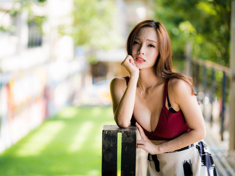 Девушка азиатка в красной майке