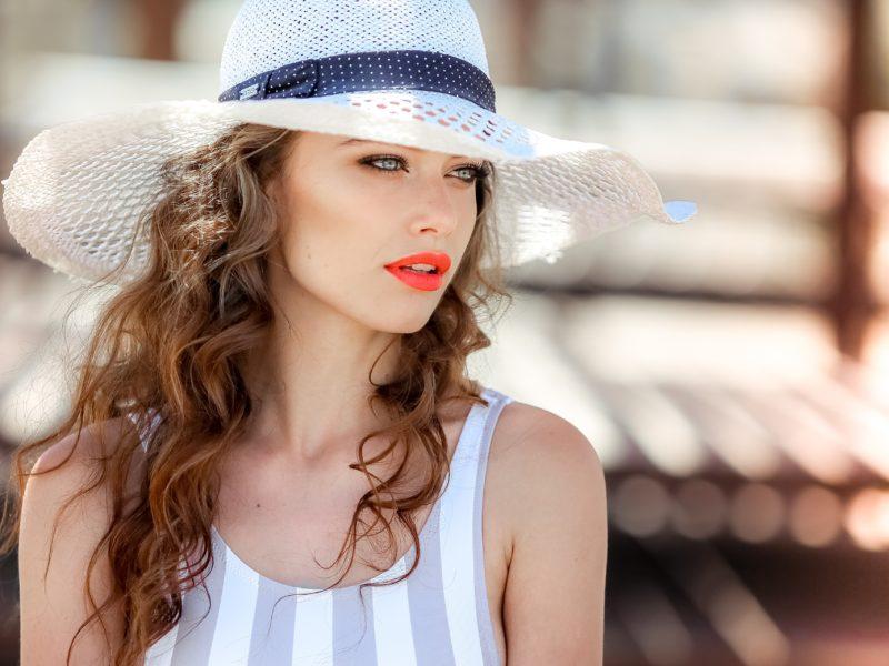 Красивая девушка в белой шляпе