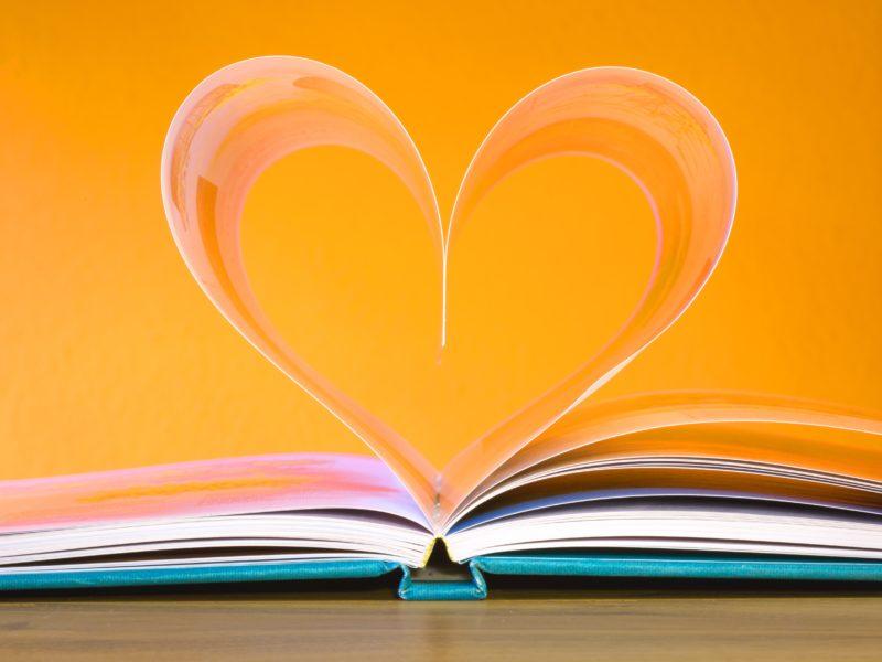 Сердце из страниц книги на желтом фоне