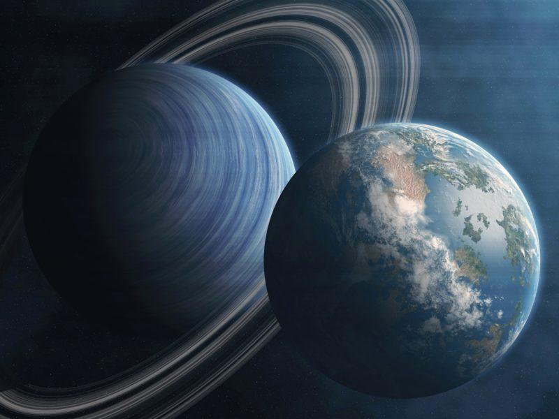 Большая планета Сатурн и планета Земля в космосе