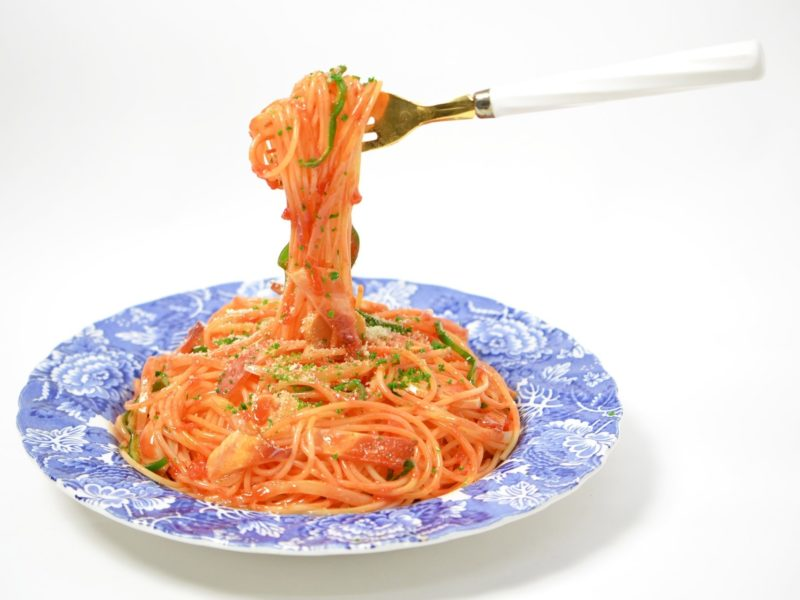 Обои спагетти, наполитано, тарелка, вилка на рабочий стол.