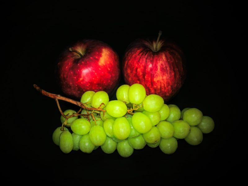 Обои яблоки, виноград, фон на рабочий стол.