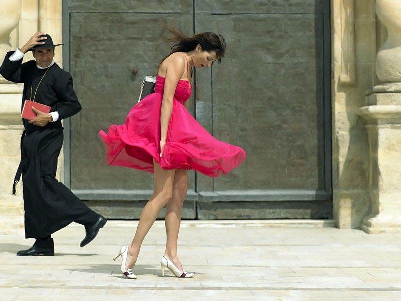 Обои священник, девушка, ножки, улица для рабочего стола