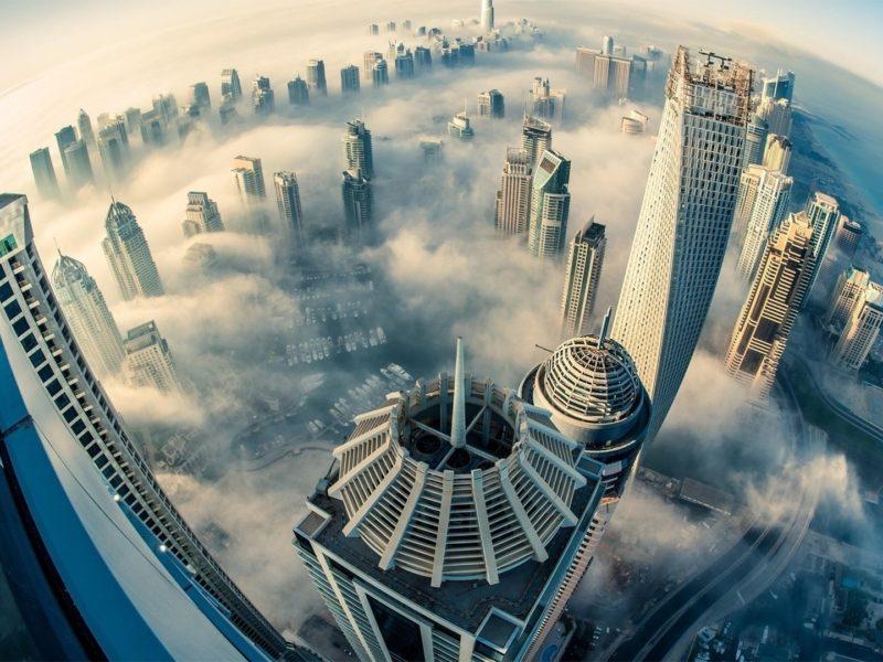 Обои дубай, оаэ, небоскрёбы, туман, панорама для рабочего стола