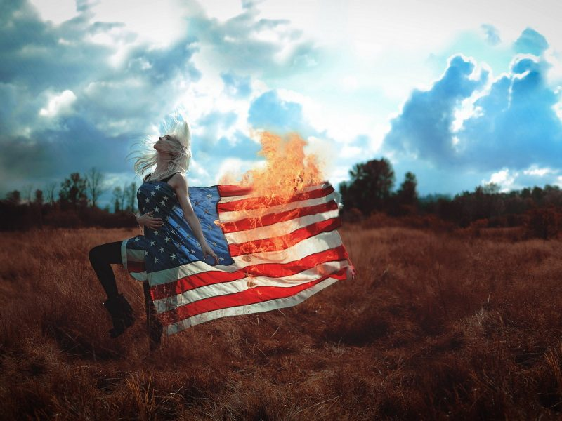 Девушка, флаг, ситуация, огонь
