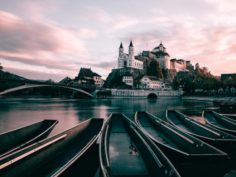 Лодки на берегу на фоне монастыря