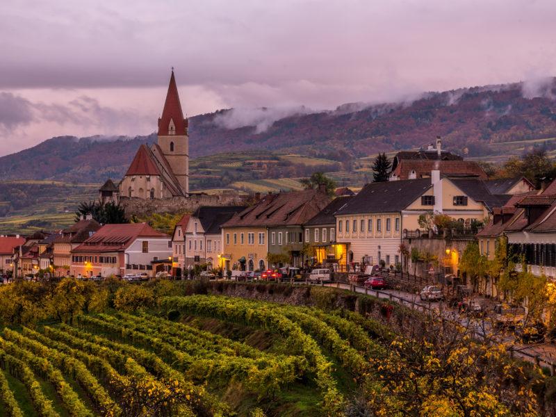 Дома и церковь в городе, Австрия
