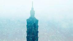 Силуэт небоскреба на фоне города
