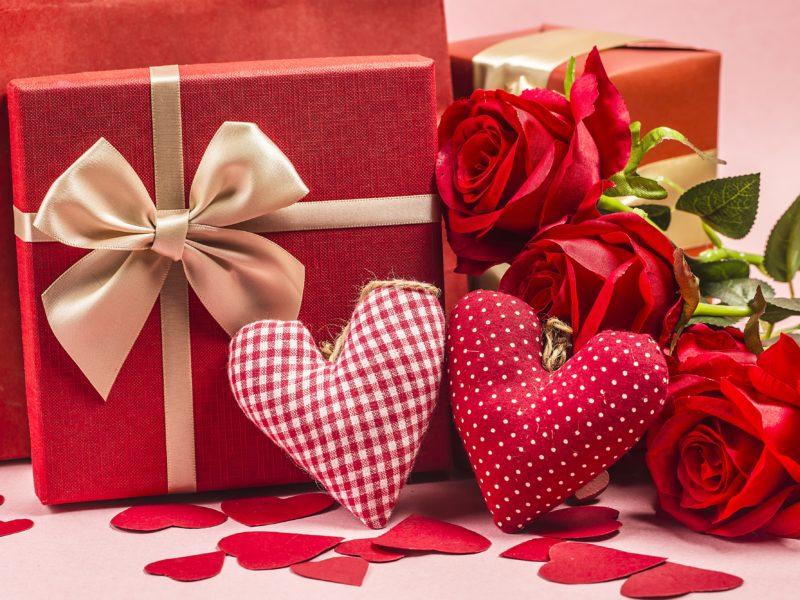 Два подарка с красными розами и тканевыми сердечками