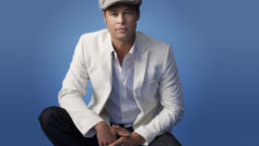 Актер Брэд Питт в костюме на синем фоне