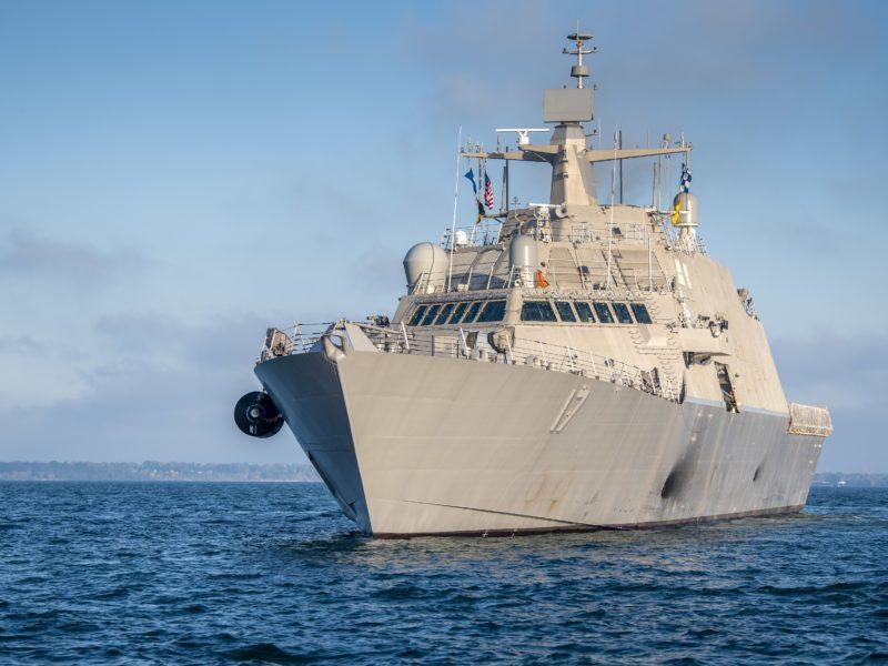 Большой военный корабль USS Indianapolis (LCS-17) в море