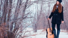 Обои Girl, guitare, snow
