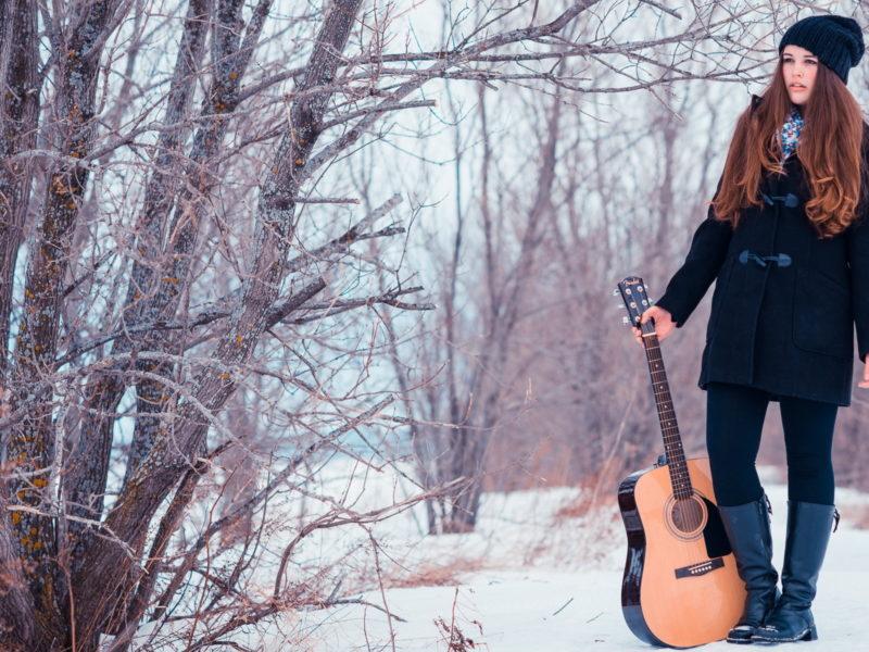Обои Girl, guitare, snow