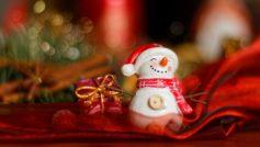 Обои праздник, Новый год, рождество, игрушки, фигурка, снеговик, подарок, боке на рабочий стол.