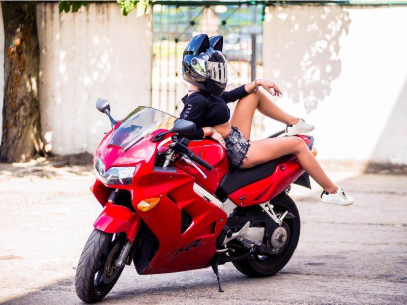 Обои мотоцикл, красный, девушка, шлем на рабочий стол.