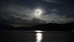Обои луна, восход, вода, горы на рабочий стол.