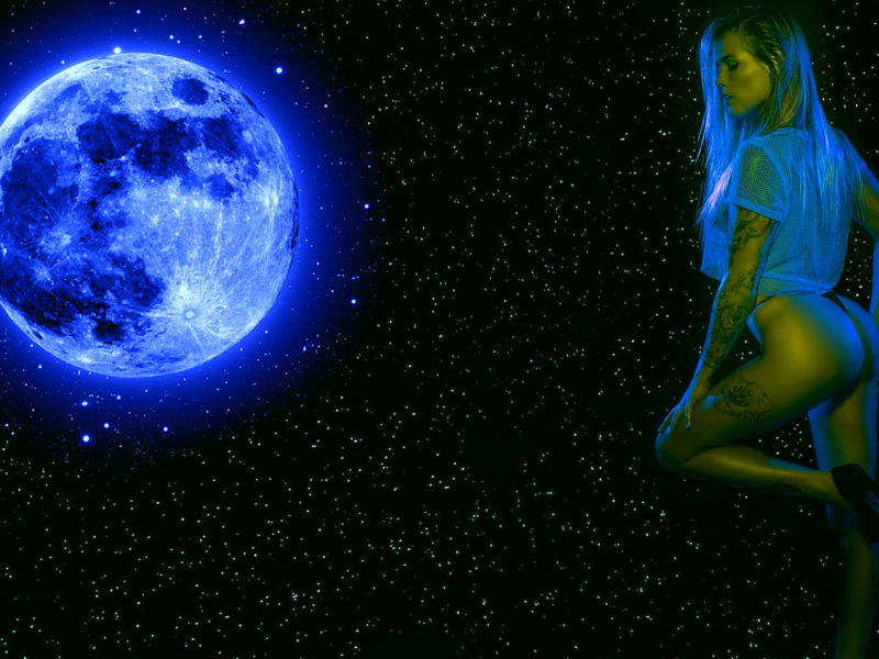 Обои луна, девушка, звёзды на рабочий стол.
