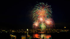 Красивый праздничный фейерверк над городом