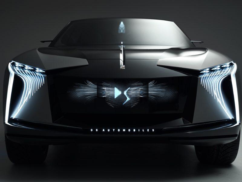 Черный автомобиль DS Aero Sport Lounge 2020 года на сером фоне вид спереди