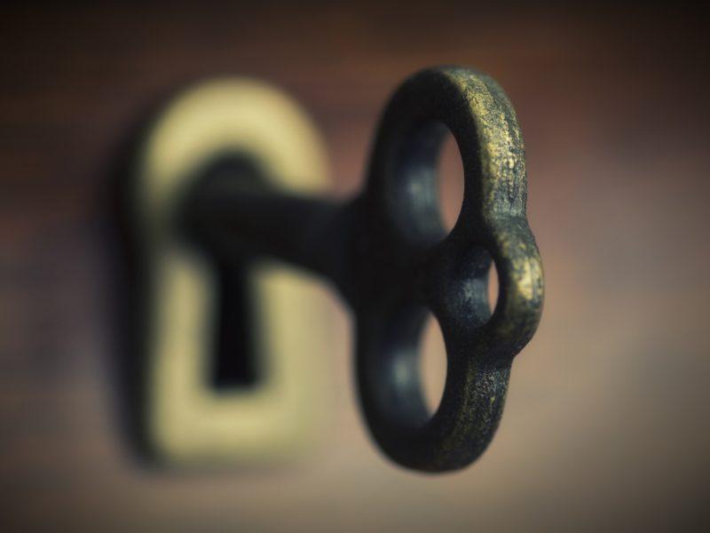 Большой железный ключ в замочной скважине