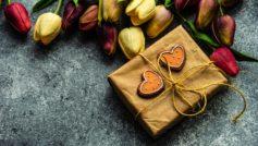 Подарок с букетом тюльпанов на сером столе