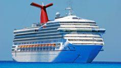Большой круизный лайнер Carnival Victory в море