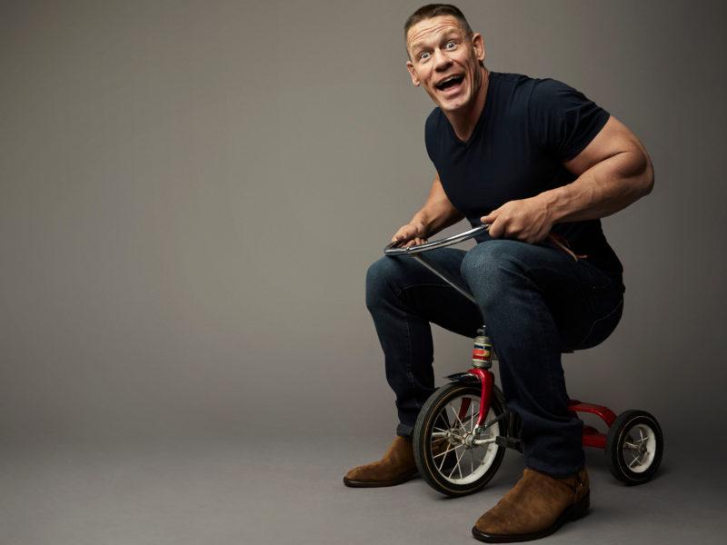 Американский рестлер Джон Сина на детском велосипеде