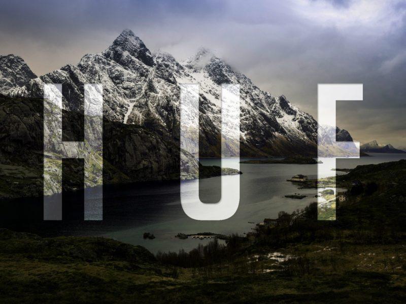 Надпись ХУФ на фоне гор и реки