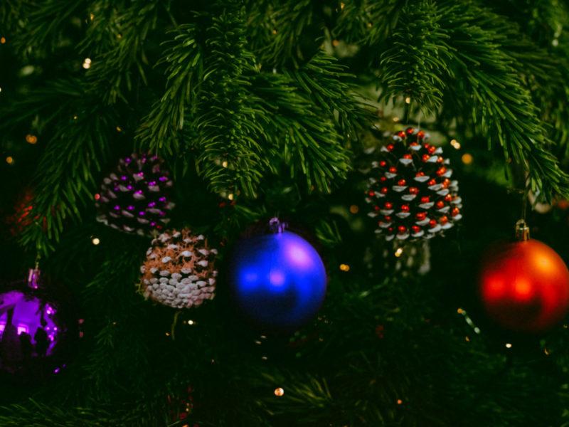 Обои игрушки, хвоя, праздник, новогодний на рабочий стол.
