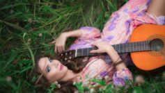 Обои гитара, девушка, трава, музыка на рабочий стол.