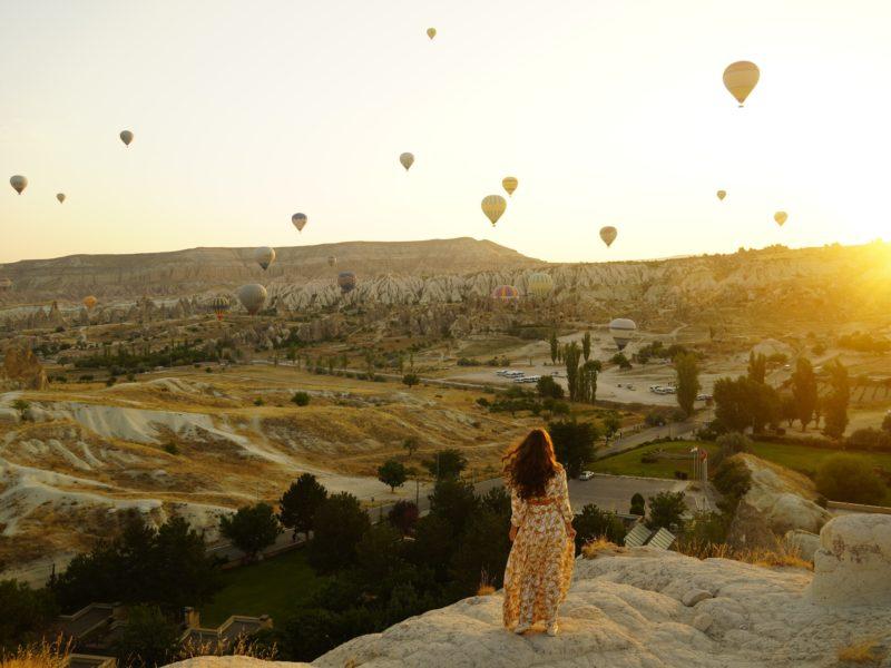 Обои девушка, шары, воздушные, пейзаж на рабочий стол.