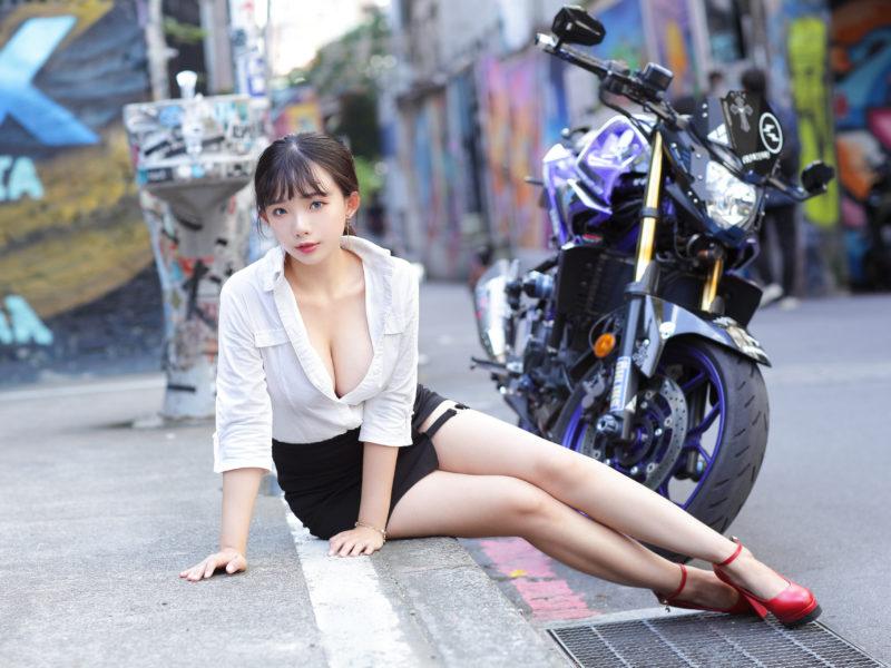 Обои девушка, азиатка, улица, мотоцикл на рабочий стол.