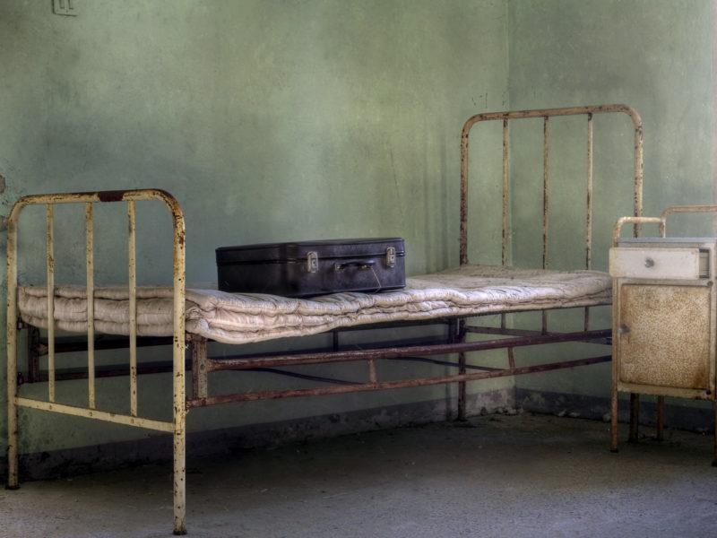 Кровать, интерьер, чемодан
