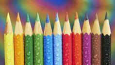 Заточенные разноцветные карандаши в каплях воды