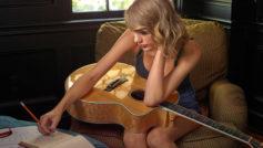 Обои Taylor Swift, Тейлор Свифт, певица, блондинка, кресло, гитара, музыка на рабочий стол.