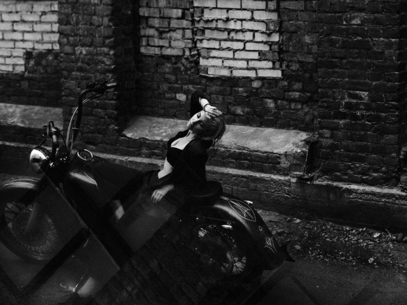 Обои Модель, Анна, мотоцикле, Фотограф, SAHAROZA Александра Аксентьева, чб, стена, кирпич, улица, пасмурно, черный на рабочий стол.
