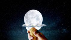 Обои небо, луна, облако, мороженое, рука, прикол на рабочий стол.