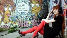 Обои Граффити, Рыжая, Наушники, Сидит, Руки, Ноги, Туфли, Колготки на рабочий стол.