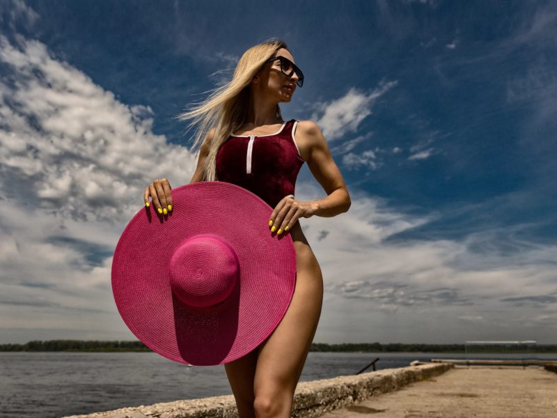 Обои Анастасия белая, девушка, прогулка, море, шляпа на рабочий стол.