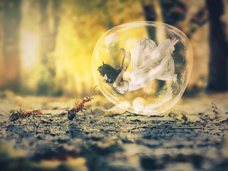 Девушка в пузыре на асфальте с муравьями