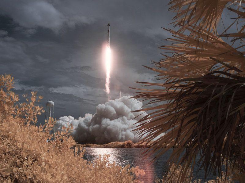 Ракета Falcon 9 совершает взлет с космодрома