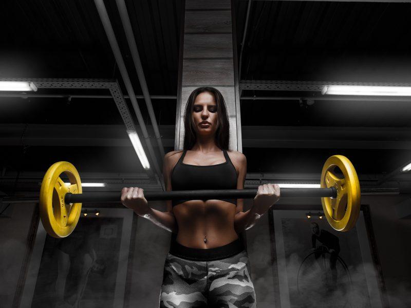 Обои Фитнес, Тренировка, Брюнетка, Взгляд, Руки, Живот, Штанга на рабочий стол.